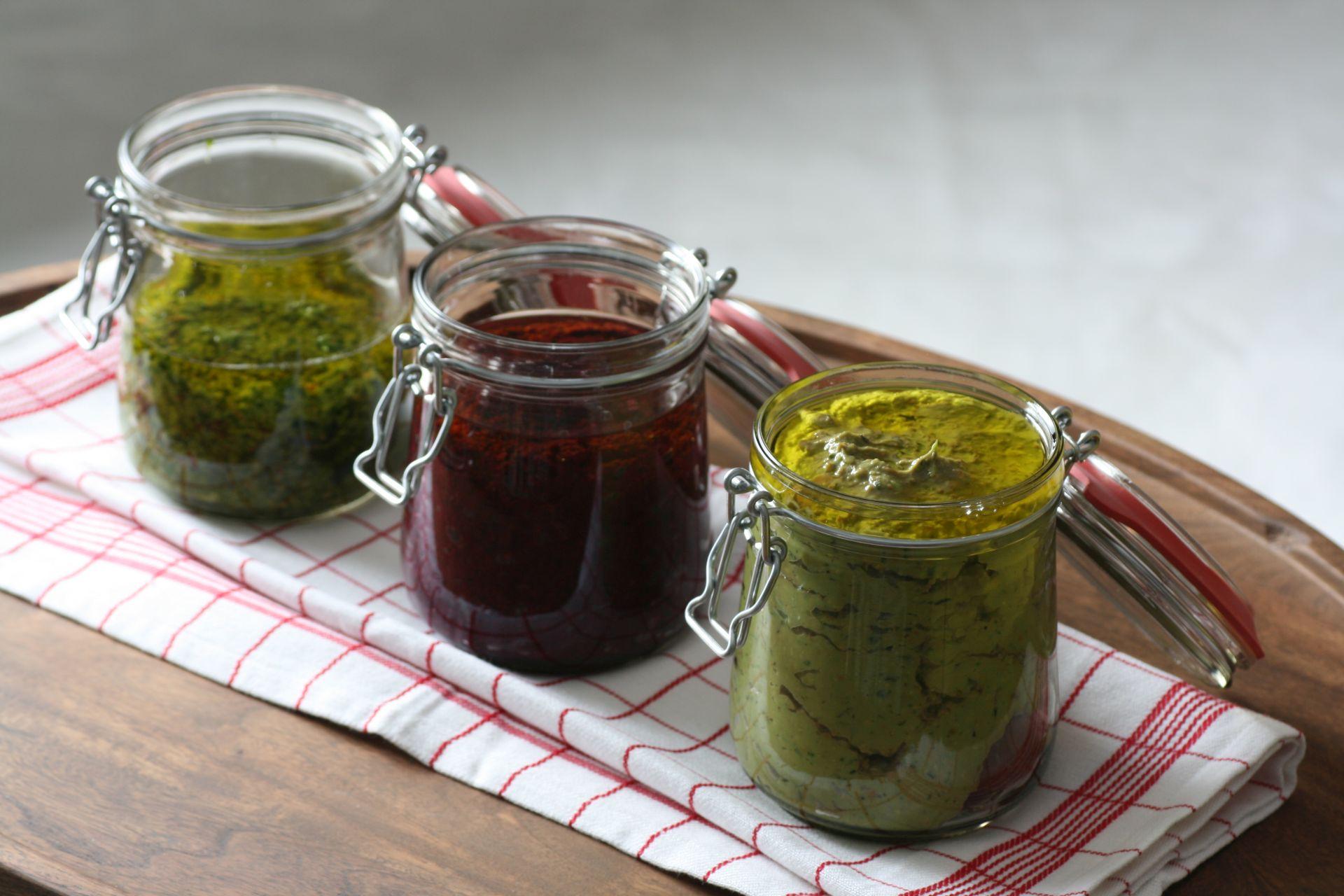 Pesto, Pasta, Basilikum, Pistanzie, rote Beete, Petersilie, Parmesan, Olivenöl