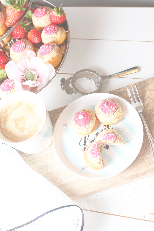 Chou a la crème, Choux, Windbeutel, Feines Gebäck, Erdbeeren, schöner Tisch