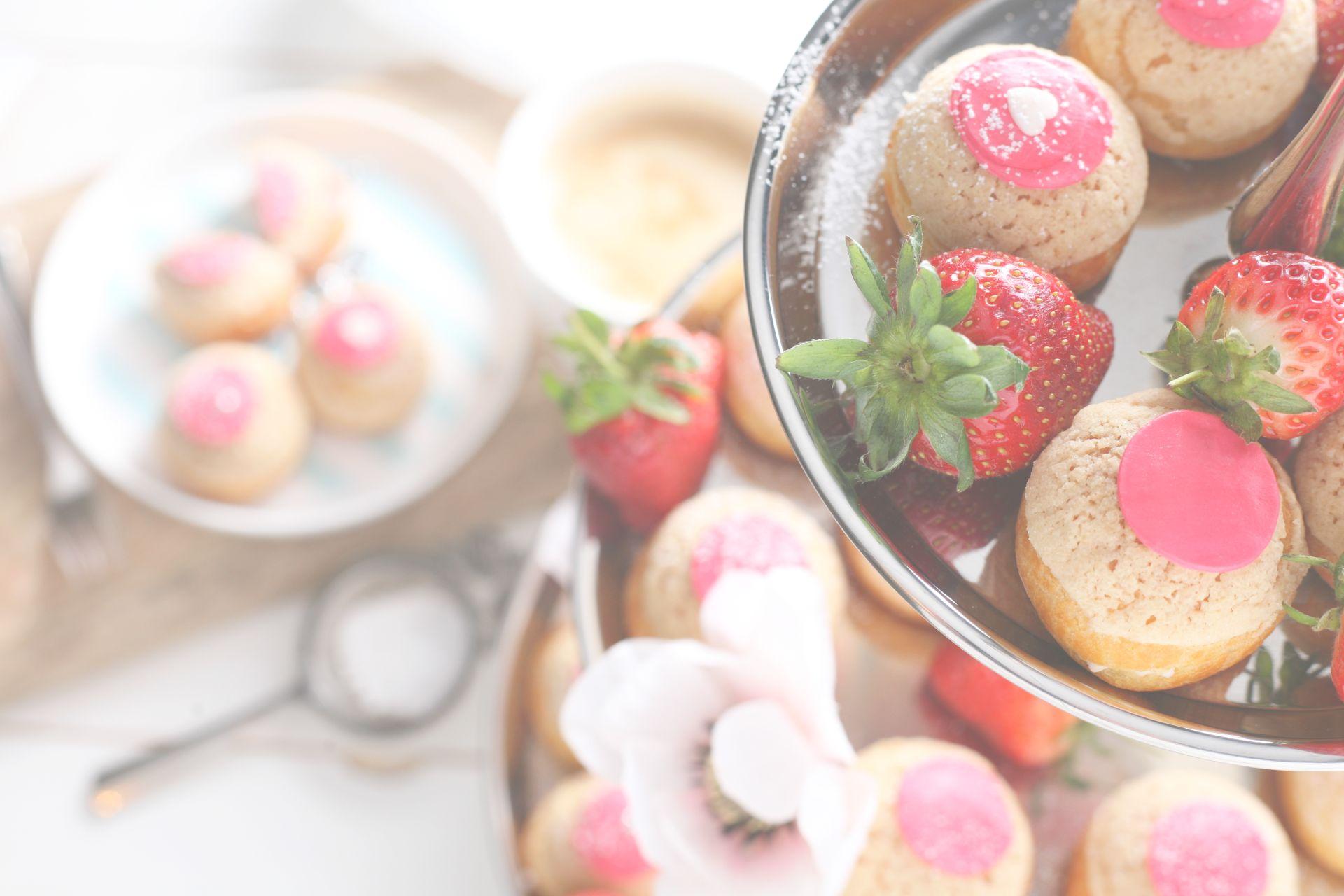Chou, Choux, Windbeutel, Feines Gebäck, Erdbeeren, schöner Tisch