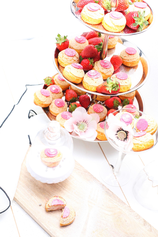 Chou Buchrezension, Choux, Windbeutel, Feines Gebäck, Erdbeeren, schöner Tisch