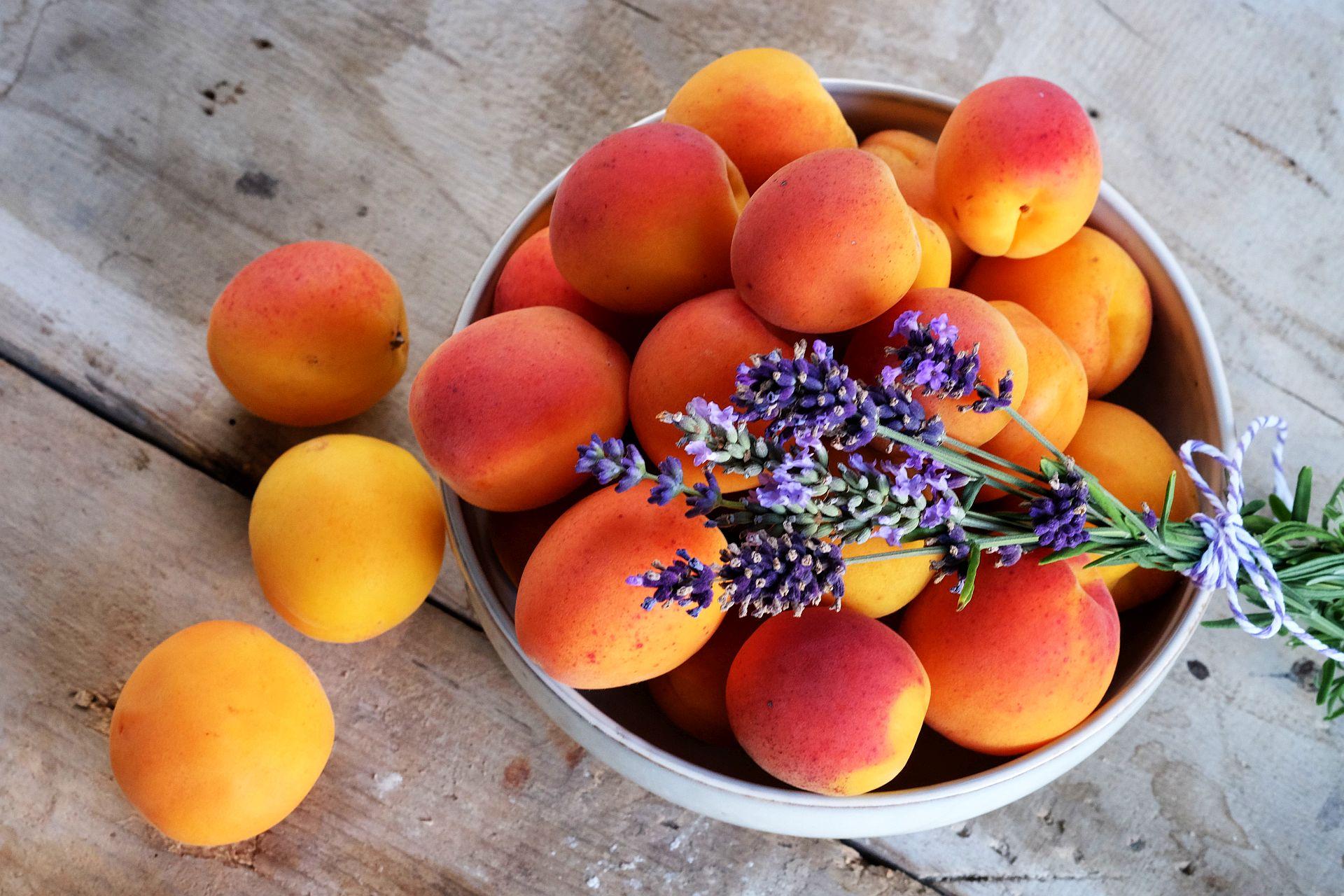 Aprikosen-Lavendel Spritz