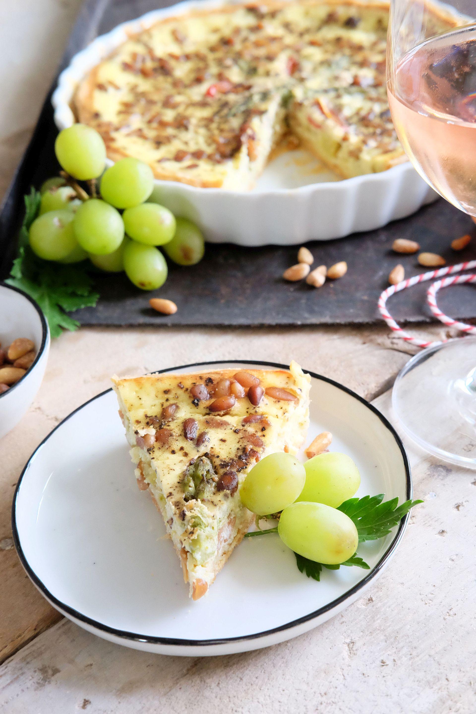 Grüner Spargel Tarte mit Ziegenkäse und Trauben