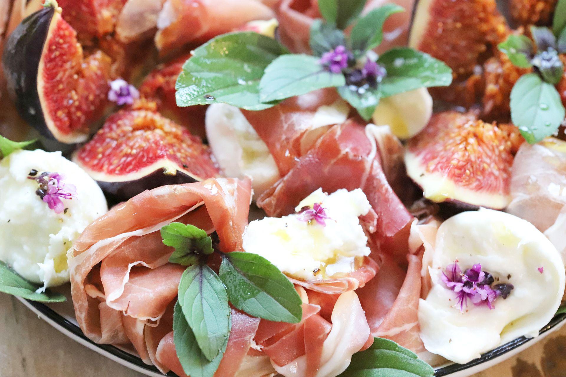 Feige, Mozzarella und luftgetrockneter Schinken