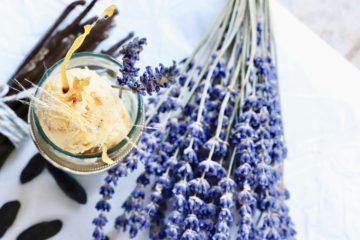 Vanilleeis mit Aprikosen-Lavendel Swirl