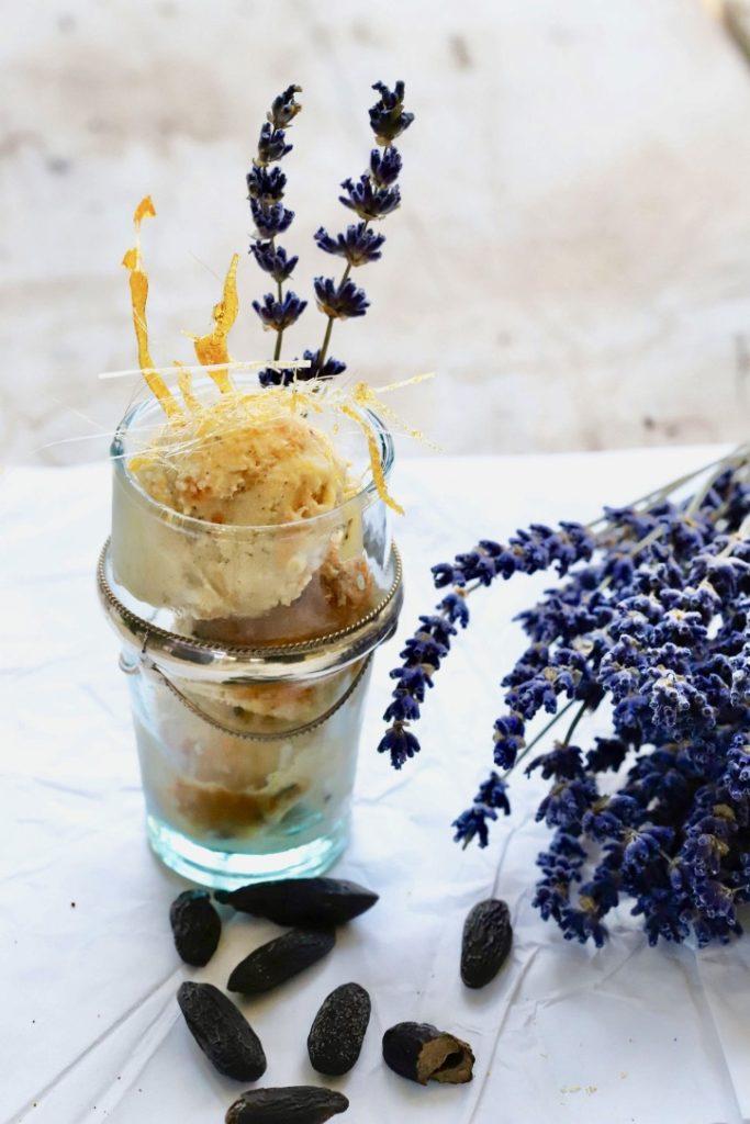 Vanilleeis mit Lavendel und Aprikosen Swirl