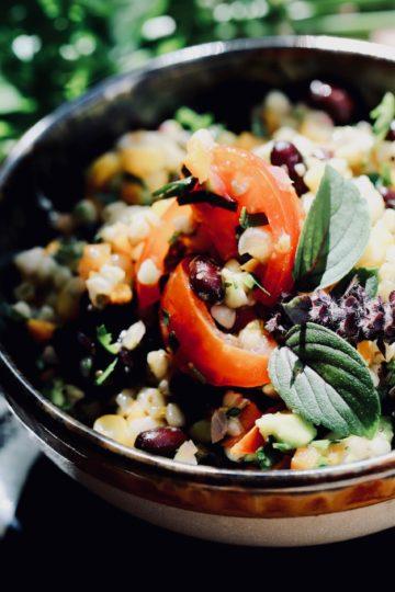 Buchweizensalat mit Bohnen, Avocados & Mais