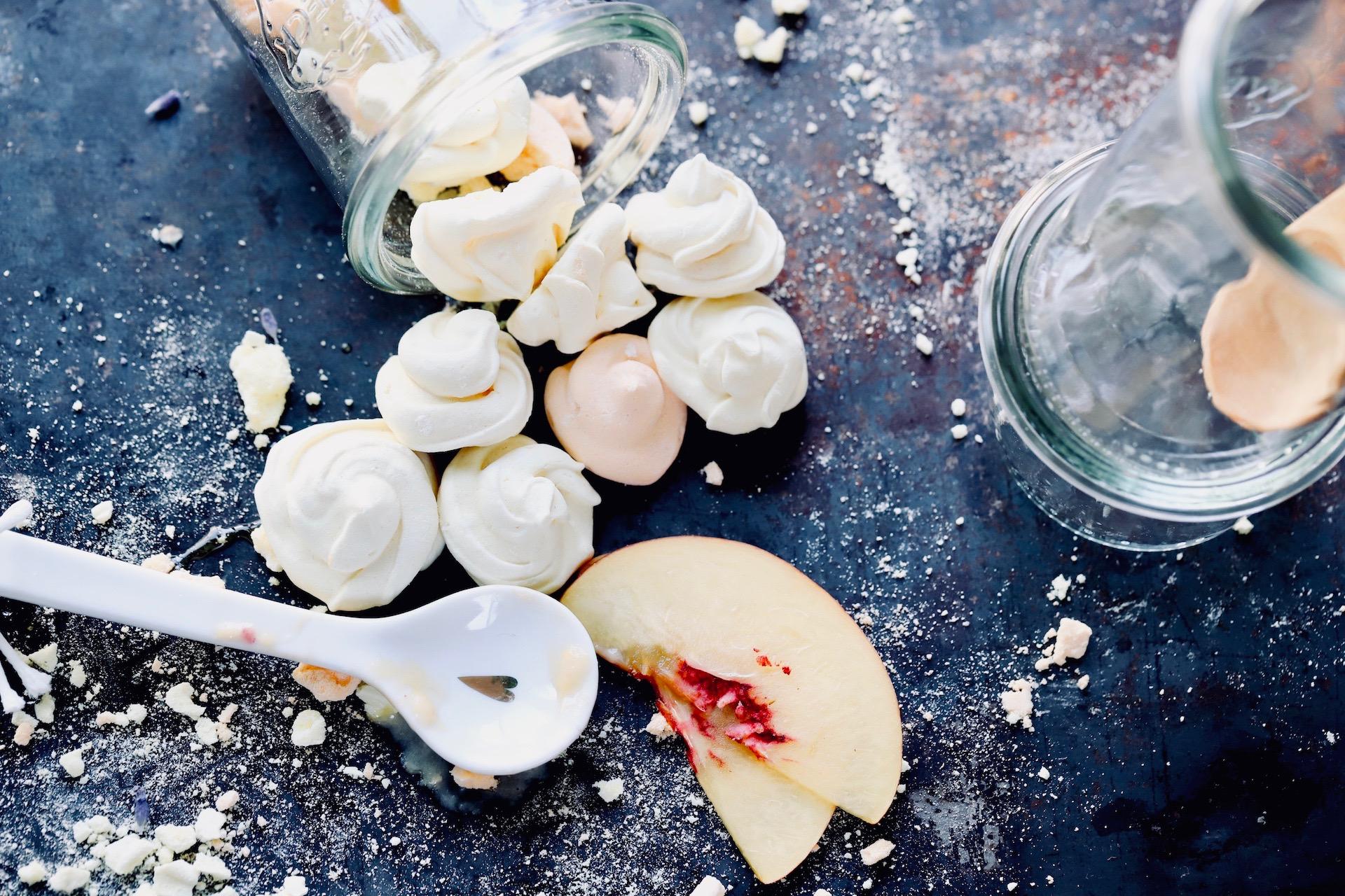 Joghurteis mit Mango, Nektarine und Baiser Crunch