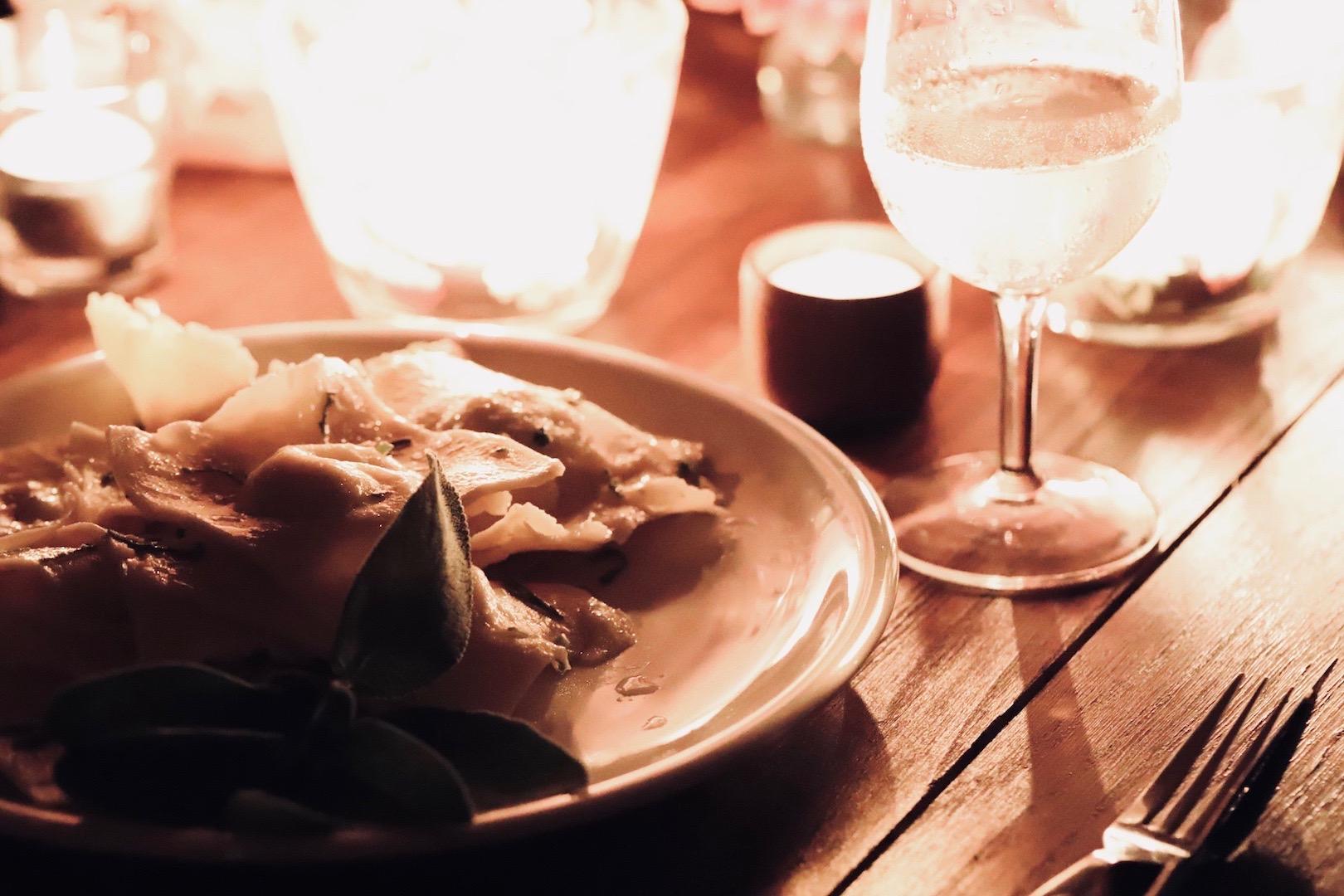 Selbstgemachte Ravioli gefüllt mit Robiola in Salbei Nussb