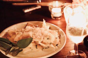 selbstgemachte Ravioli gefüllt mit Robiola in Salbei Nussbutter geschwenkt