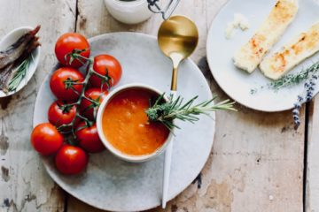 Tomatensuppe mit geflammtem Robiola