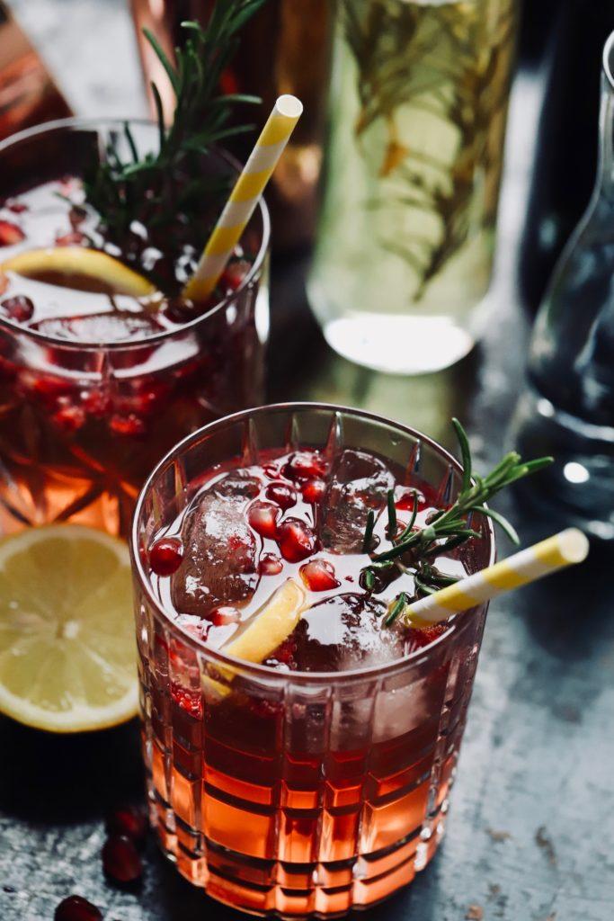 Gin Fizz mit Rosmarin Sirup und Granatapfel