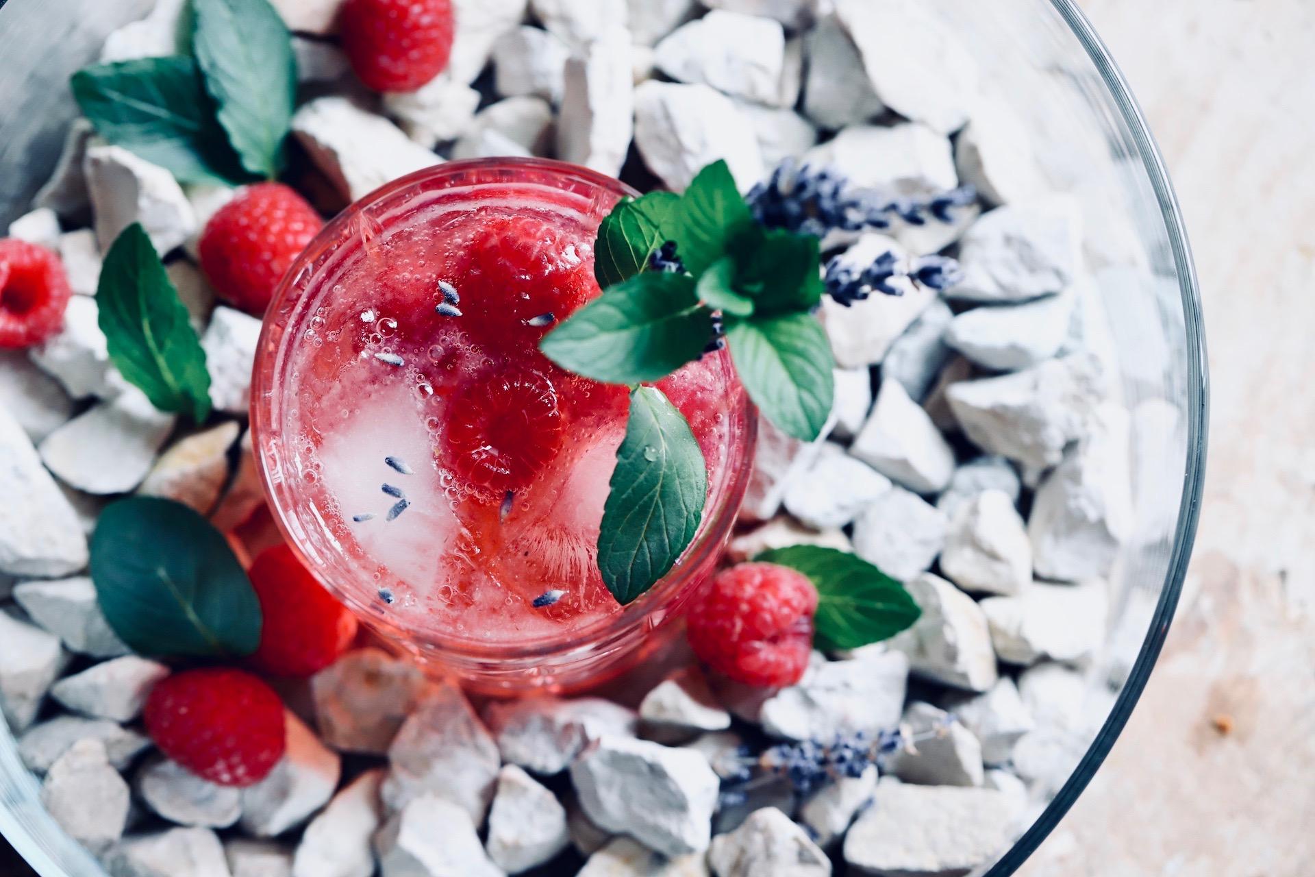 Gin Tonic mit roten Beeren