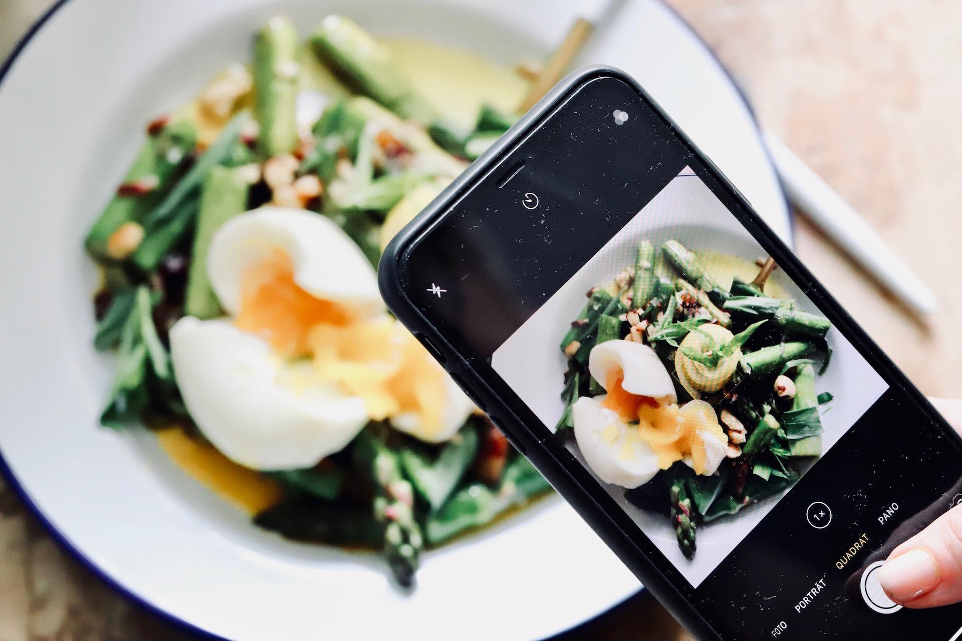 Grüner Spargel Salat mit Ei und Estragon