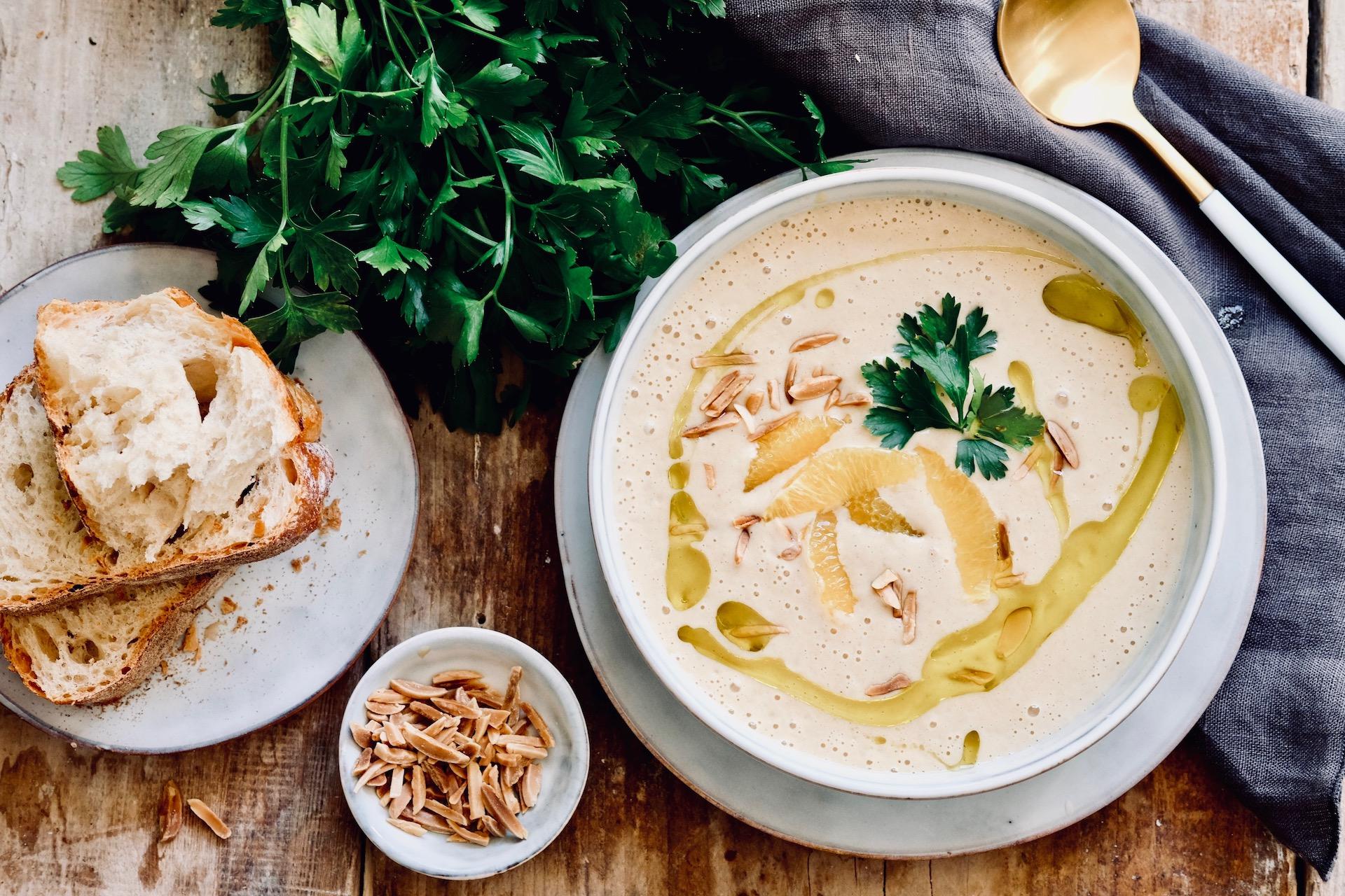 Mandel-Knoblauch Suppe mit Orangenfilets
