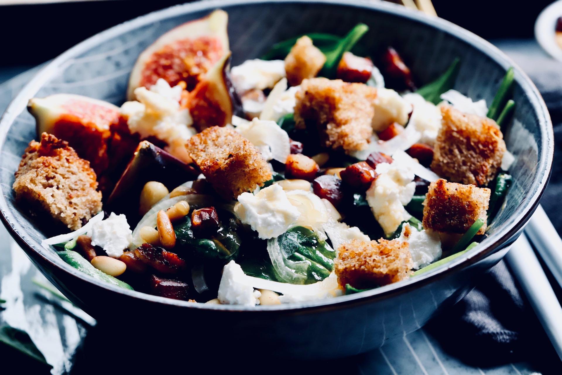 Spinat Salat mit Speck und Pinienkernen